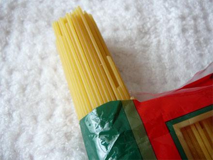 スパゲティを袋で量るの一枚目の画像