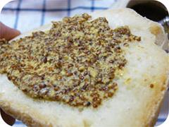 ポメリーマスタードを塗ったパン