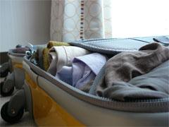 洋服を詰め込んだニッセンのトラベルキャリーバッグ