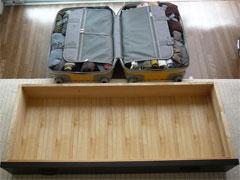 ニッセンのトラベルキャリーバッグとたんすの引き出し