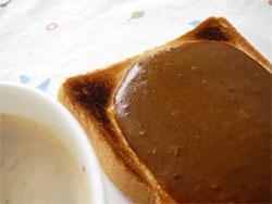 森下仁丹の食養生カレーがかかったトーストとミルク珈琲
