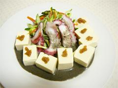 黒ごまと黒胡椒をかけたタコとお豆腐サラダ