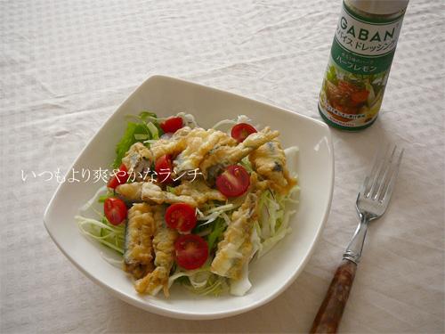 GABANスパイスドレッシングをかけた昼食のサラダ