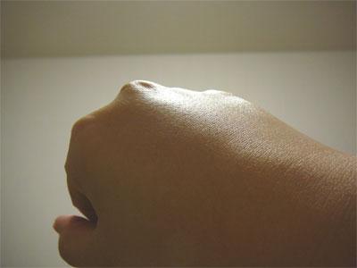 白樺とハーブの石けんで洗った手の甲