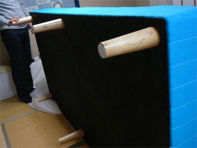 組立中のニッセンの格安脚付きマットレス