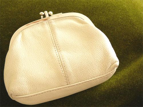 お財布は小さいの。がまぐちのレザーパースは1年半のお付き合い。の一枚目の画像