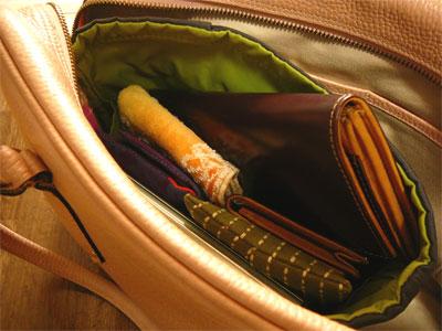 コードバンの長財布を入れたバッグ