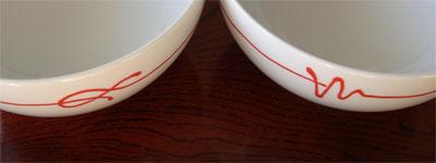 白山陶器の赤い糸 ペア小丼の異なるデザイン