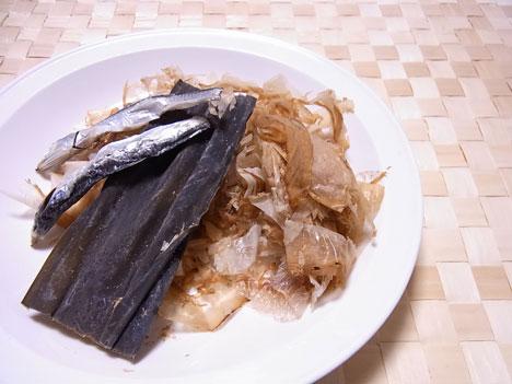 おダシの材料 カツオと昆布と煮干し