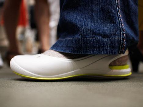 クロックス「クロックストーン スカイラーフラット」を履いているところ(真横から撮影)