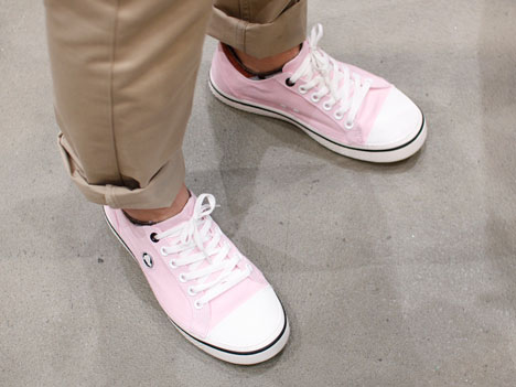 クロックスのスニーカー「フーバーレースアップ」を履いている人の足もと