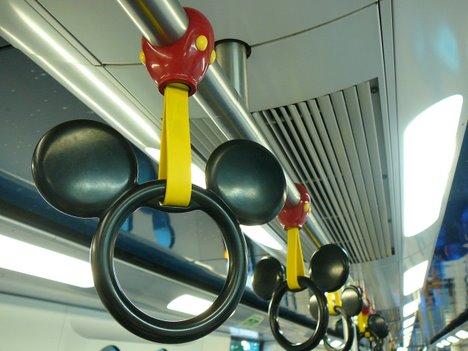 香港MTRのディズニーランド線の車両内