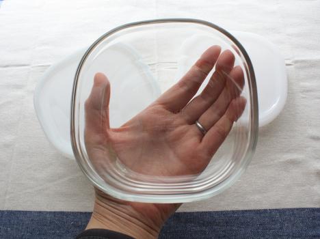 ベルメゾンネットで購入したiwakiの耐熱ガラス保存容器パック&レンジシステムの450mlサイズを持つ手