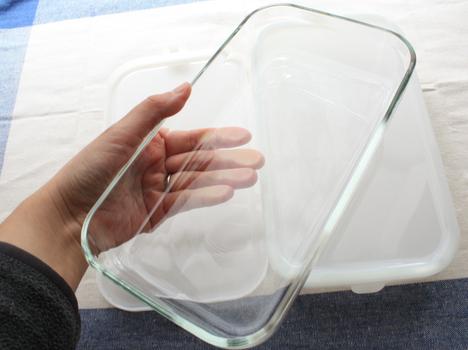 ベルメゾンネットで購入したiwakiの耐熱ガラス保存容器パック&レンジシステムの920mlを持つ手