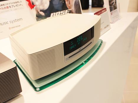 キャンペーン品のオリジナル台座に置かれたボース Wave music system