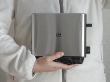 プラスマイナスゼロのポップアップトースターを持って立つ女性の写真