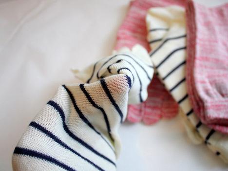 ベルメゾンネットの冷えとり靴下の生地を伸ばして確認している写真