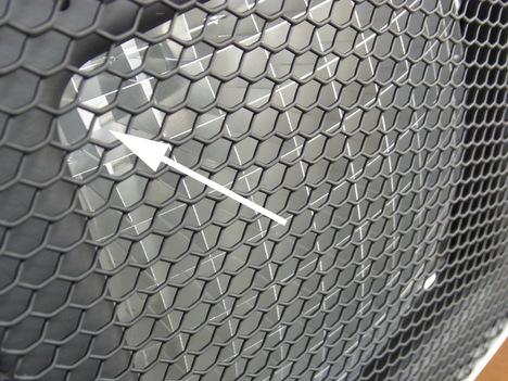 プラスマイナスゼロの「リフレクトヒーター」 (ライトグレー)の高効率反射板とハニカム構造のガード網のアップ写真