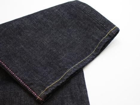 桃太郎ジーンズの出陣レーベル「15.7oz 特濃インディゴ出陣スリムストレート(0805SP)」の裾あたりの生地