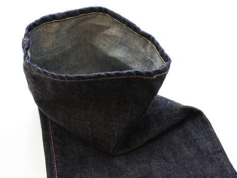 桃太郎ジーンズの出陣レーベル「15.7oz 特濃インディゴ出陣スリムストレート(0805SP)」の裾を立たせて撮影した写真
