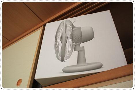 プラスマイナスゼロの扇風機「テーブルファン」を押し入れから出す写真