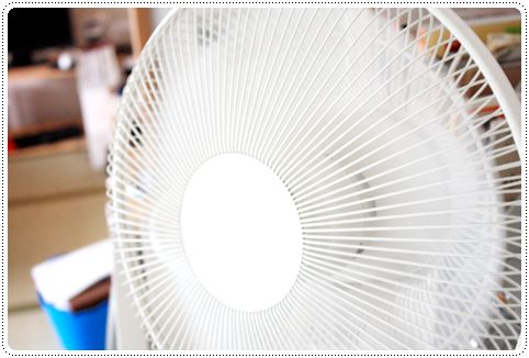 冷蔵庫の上に置いたプラスマイナスゼロの扇風機「テーブルファン」の写真