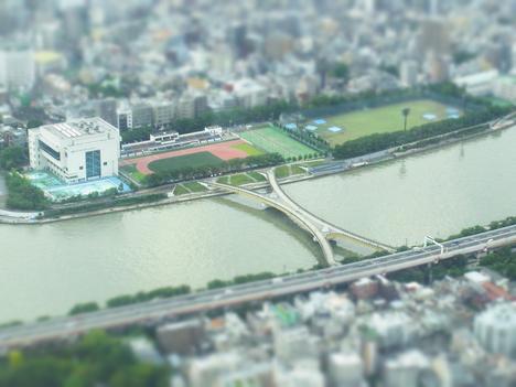 ミニチュア撮影モードのスカイツリーからの橋の景色