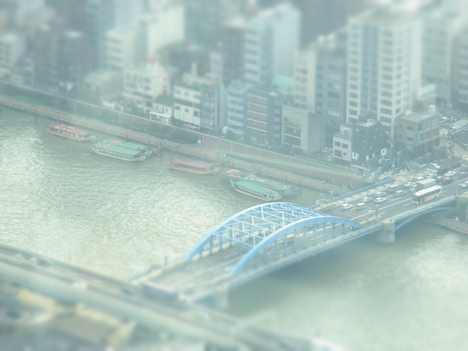 ミニチュア撮影モードのスカイツリーからの船の景色