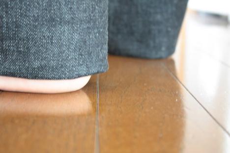 桃太郎ジーンズの裾の長さを決めている写真