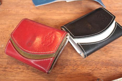 紺色と赤色の栃木レザーの革財布を二つ並べて撮影した写真