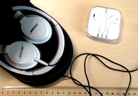 BOSEのヘッドホン「OE2i audio headphones」とiPhone5のヘッドホンのケーブルの長さを図っている写真
