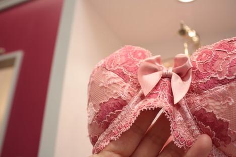 ブラデリスニューヨーク 心斎橋店内の育乳ブラの乳間部のリボンの拡大写真