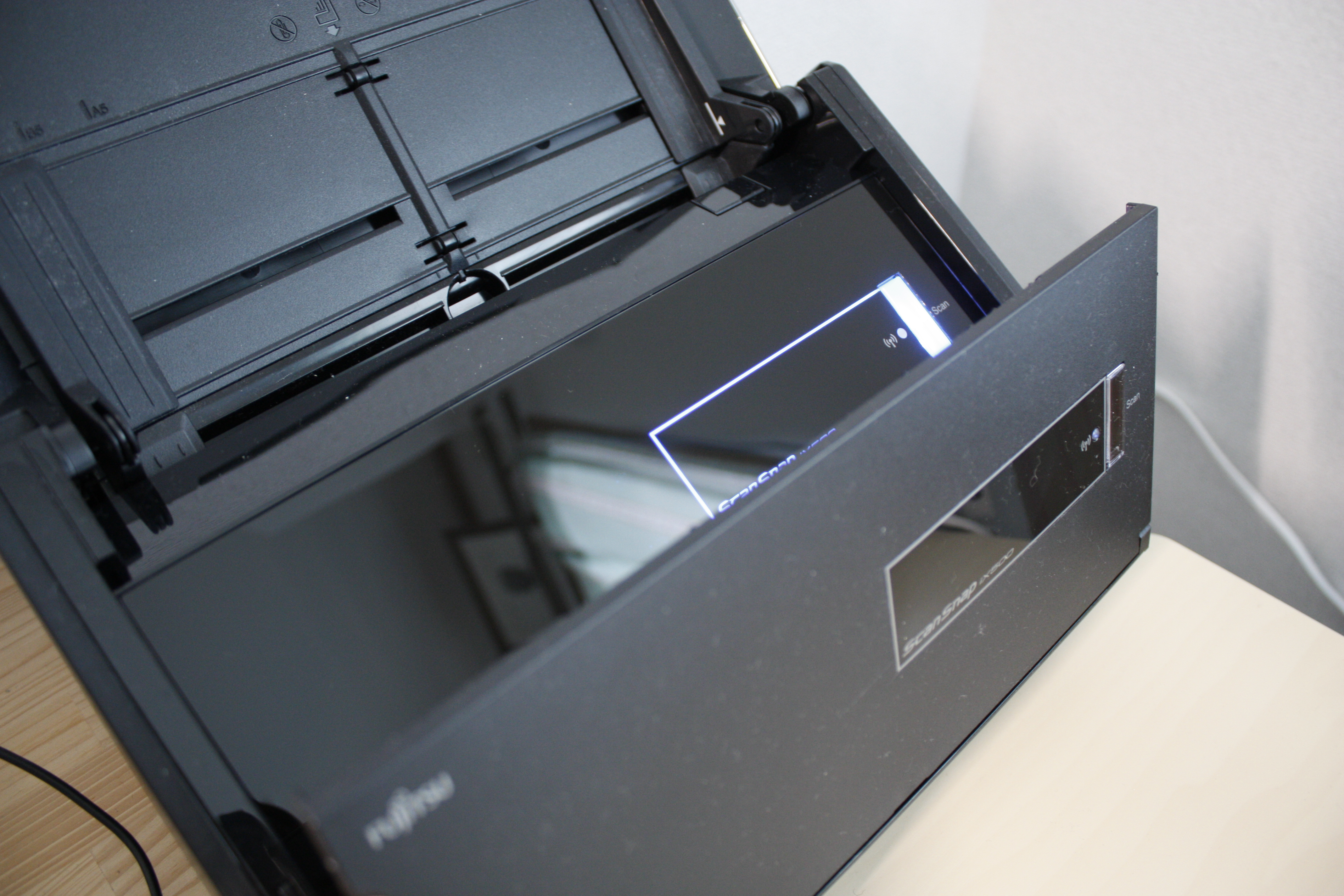 購入したScanSnap iX500という富士通のスキャナの排紙部分の写真1