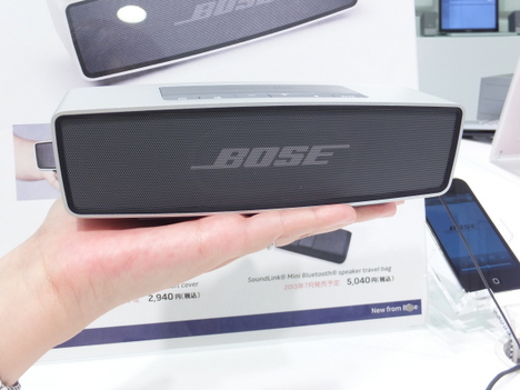 BOSEのSoundLink Mini Bluetooth speakerを手のひらに乗せた写真
