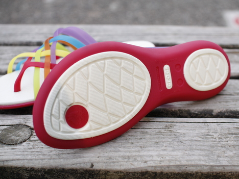 プチプラのビーチサンダル「クロックス ワラチェ フリップフロップ」を履いている写真