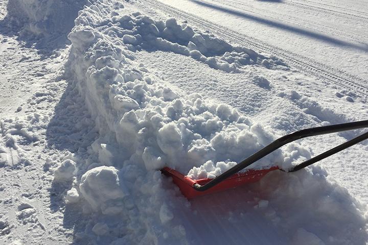 除雪具ママさんダンプと道路の雪