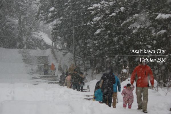 上川神社の雪の参詣道
