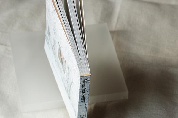 完成したMybookのフォトブック(CDサイズ、ソフトカバー、100ページ)の背綴じ